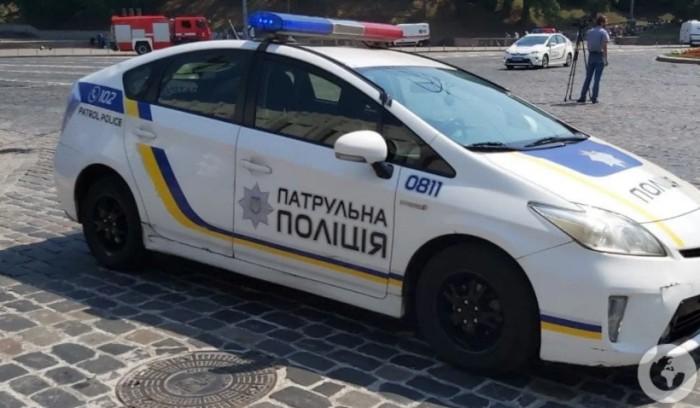 У Києві поліцейські оригінально покарали водія, який об'їжджав затор по зустрічній смузі. Відео