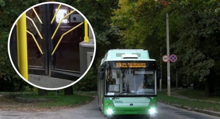 У Харкові хлопець не хотів платити за проїзд і розбив ногою двері тролейбуса (відео)