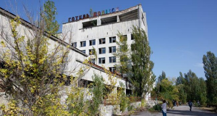 У покинутій будівлі Чорнобиля знайшли старовинний камін: фото унікальної знахідки