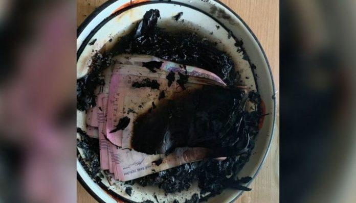 """У Дніпрі жінка за велінням """"голосів"""" спалила в квартирі 100 тисяч гривень"""