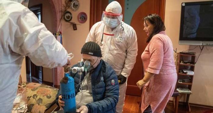 Від COVID-19 вмирають 40% пацієнтів реанімацій Києва: лікарі показали страшні фото з «передової»